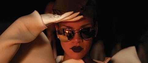 Rihanna pasa revista en su nuevo vídeo, 'Hard'