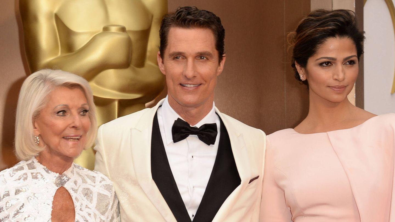El actor junto a su madre y su esposa, Camila Alves. (Getty)