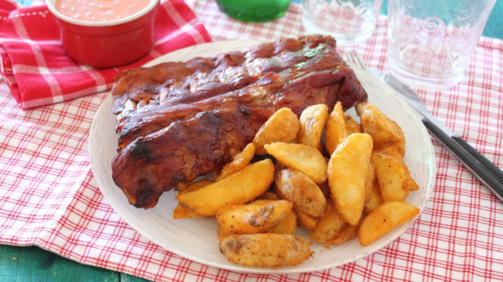 Recetas costillas de cerdo al horno un romance cl sico - Patatas con costillas de cerdo ...