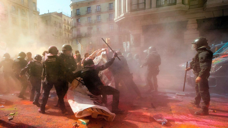 Foto: Los Mossos cargan contra los soberanistas. (EFE)