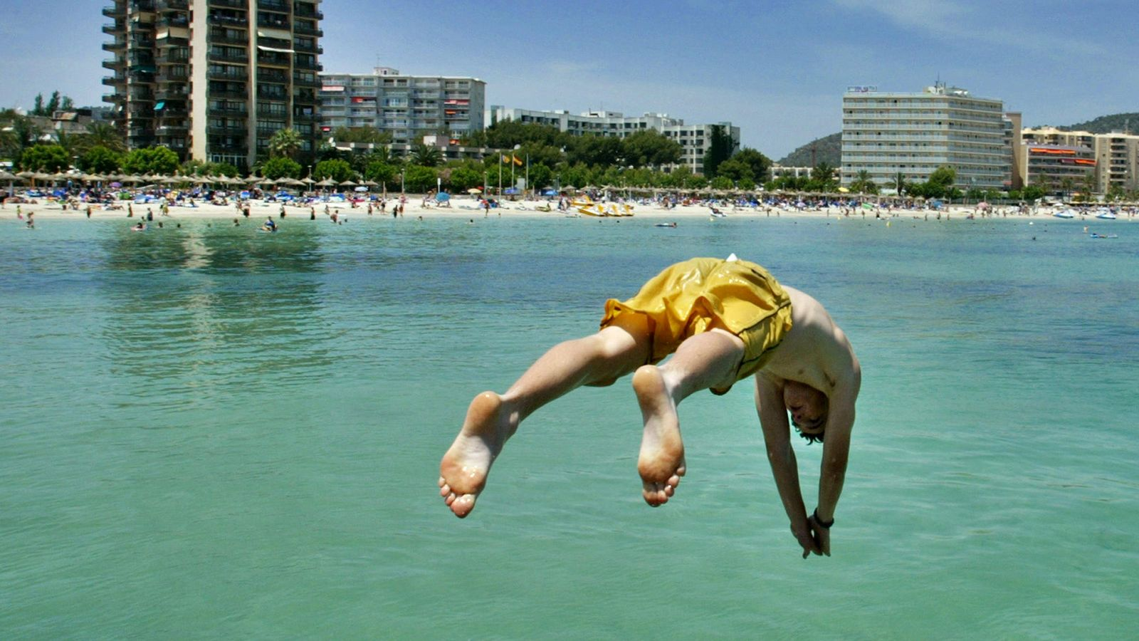 Foto: Un turista extranjero en una playa de Mallorca (Reuters)