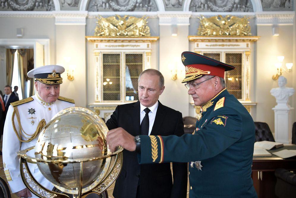 Foto: El presidente Putin visita el edificio del Almirantazgo en San Petersburgo junto al ministro de Defensa y al jefe de la armada rusa, el 30 de julio de 2017. (Reuters)