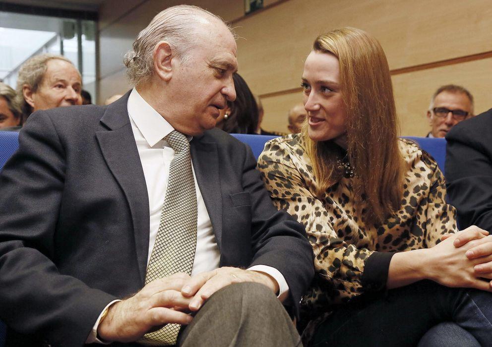 Foto: El ministro de Interior presentó el nuevo DNI 3.0 junto a la nadadora olímpica Mireia Belmonte (EFE/Susanna Sáez)