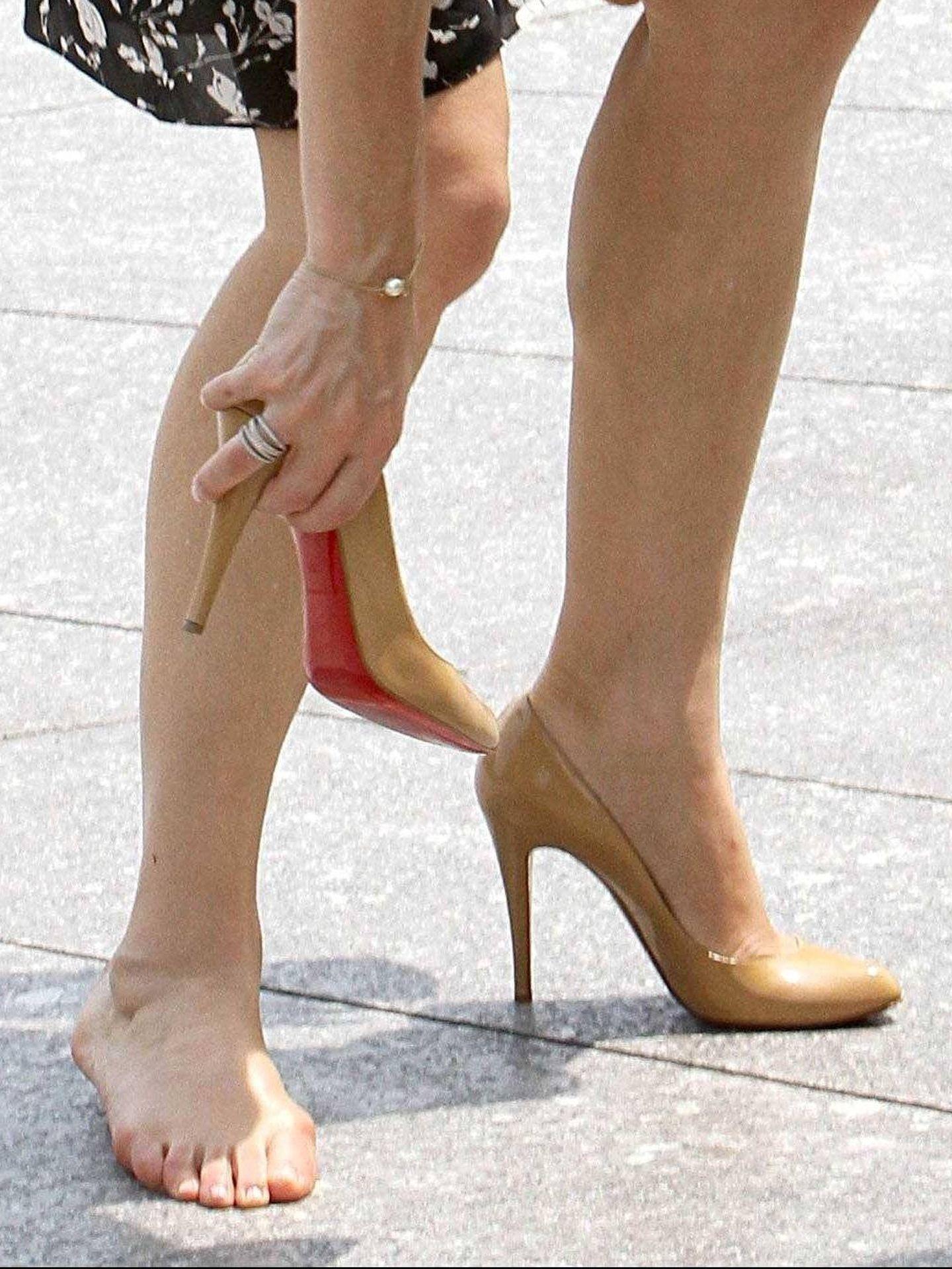 La princesa Mary, colocándose el zapato. (Cordon Press)
