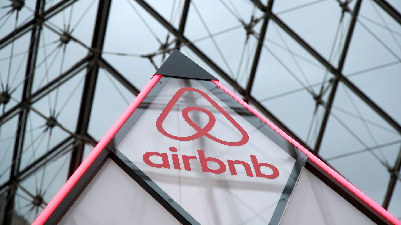 El logo de Airbnb, en la pirámide del Louvre de París. (Reuters)