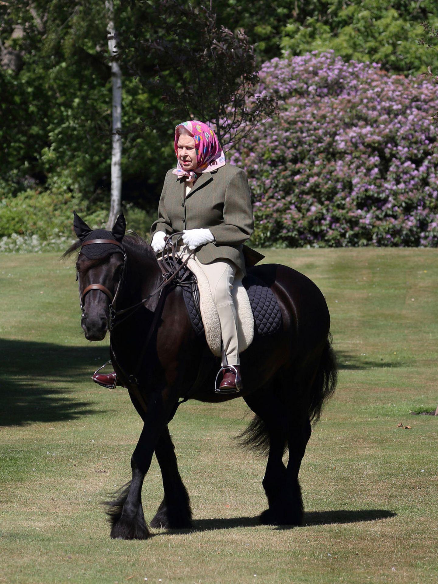 La reina Isabel, montando a caballo en Balmoral, en una imagen de archivo. (Reuters)