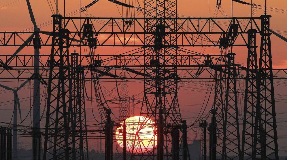 Foto: Una puesta de sol junto a un tendido eléctrico. (EFE)