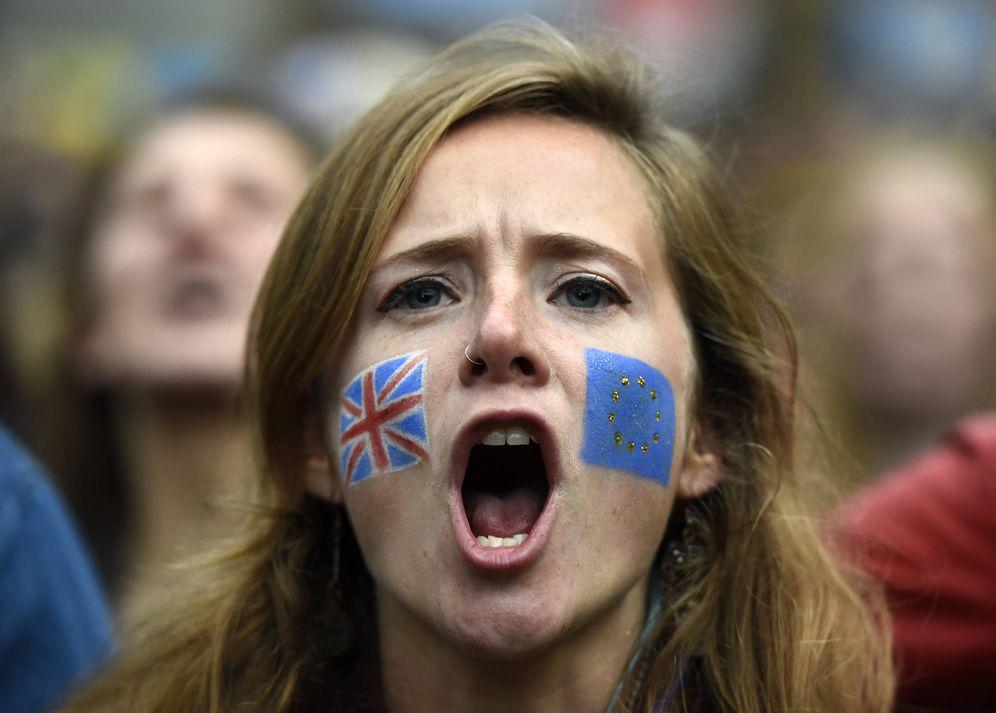 Foto: Una joven británica durante una manifestación ante el Parlamento en contra de la salida de la UE, en Londres, el 28 de junio de 2016 (Reuters).