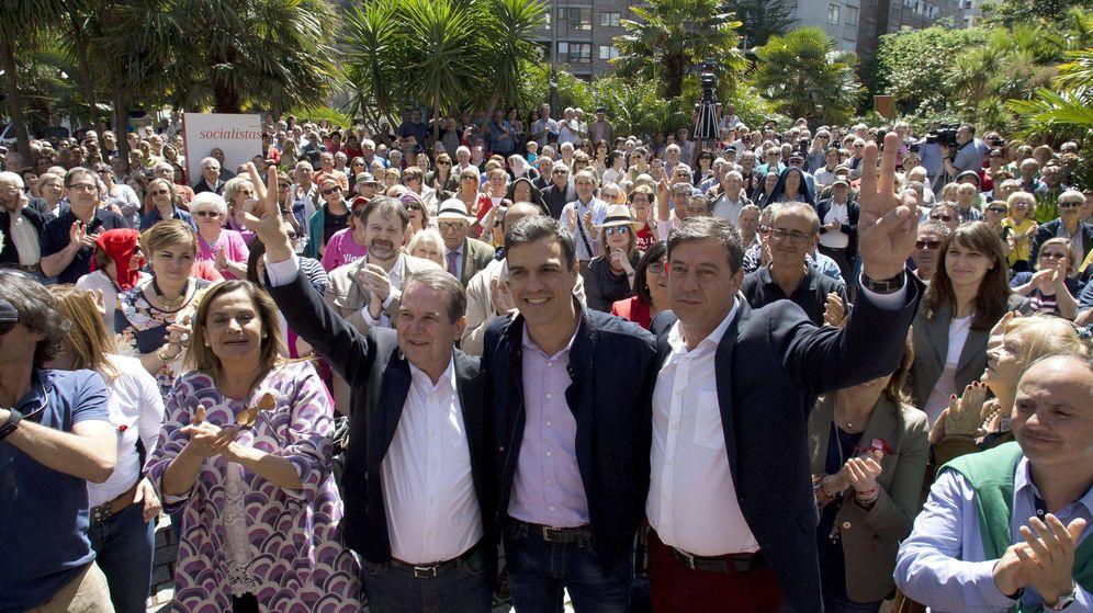 Foto: Pedro Sánchez (c),en un mitin en Vigo junto al alcalde, Abel Caballero (2i), y el líder de la formación en Galicia, José Ramón Gómez (d). (Efe)