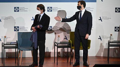 Casado escenifica por primera vez su distancia con Aznar