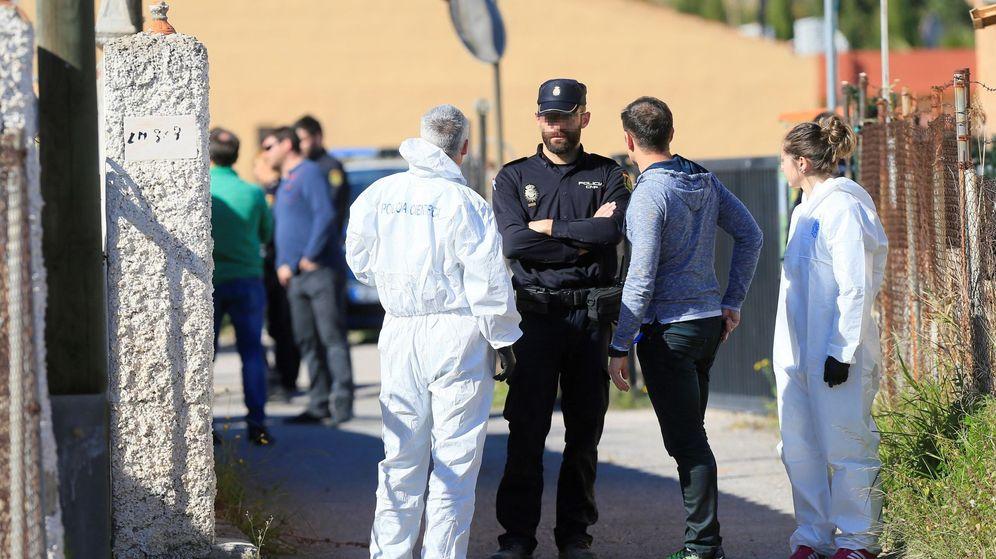 Foto: Agentes de la Policía Nacional, ante la vivienda donde un hombre ha matado al padre de su novia. (EFE)