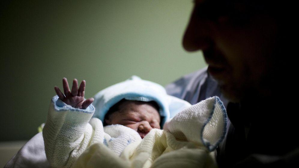 Foto: Foto de archivo de un recién nacido en un hospital portugués. (EFE)