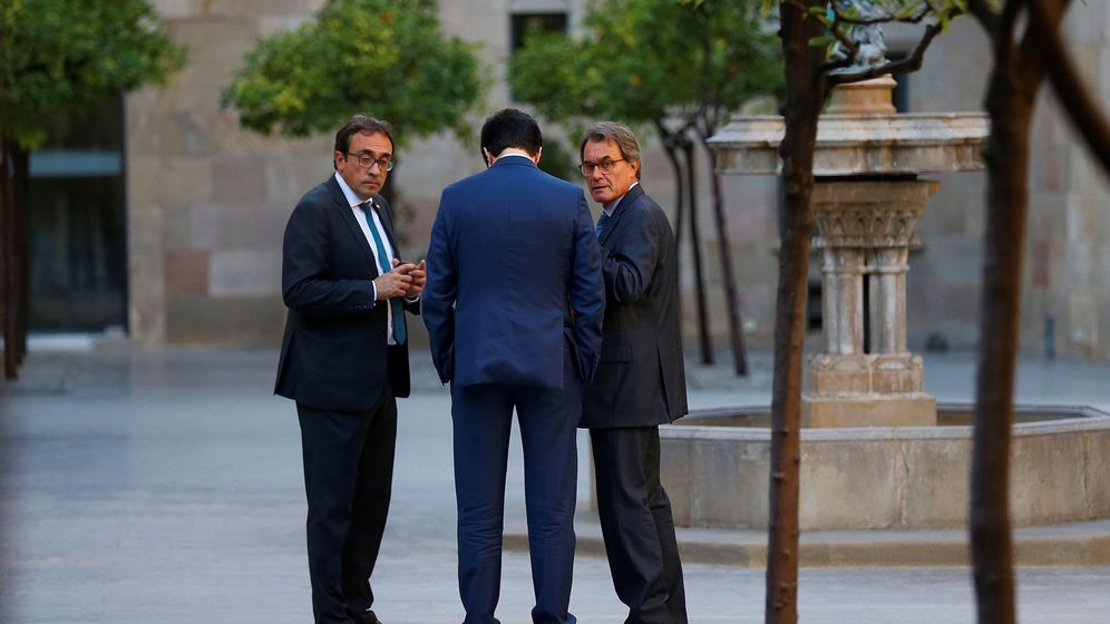 Foto: El expresidente de la Generalitat, Artur Mas, el conseller de Territorio, Josep Rull, con Joan Piqué de espaldas. (EFE)