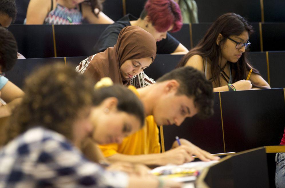 Foto: Un grupo de estudiantes durante los exámenes de Selectividad. (EFE)