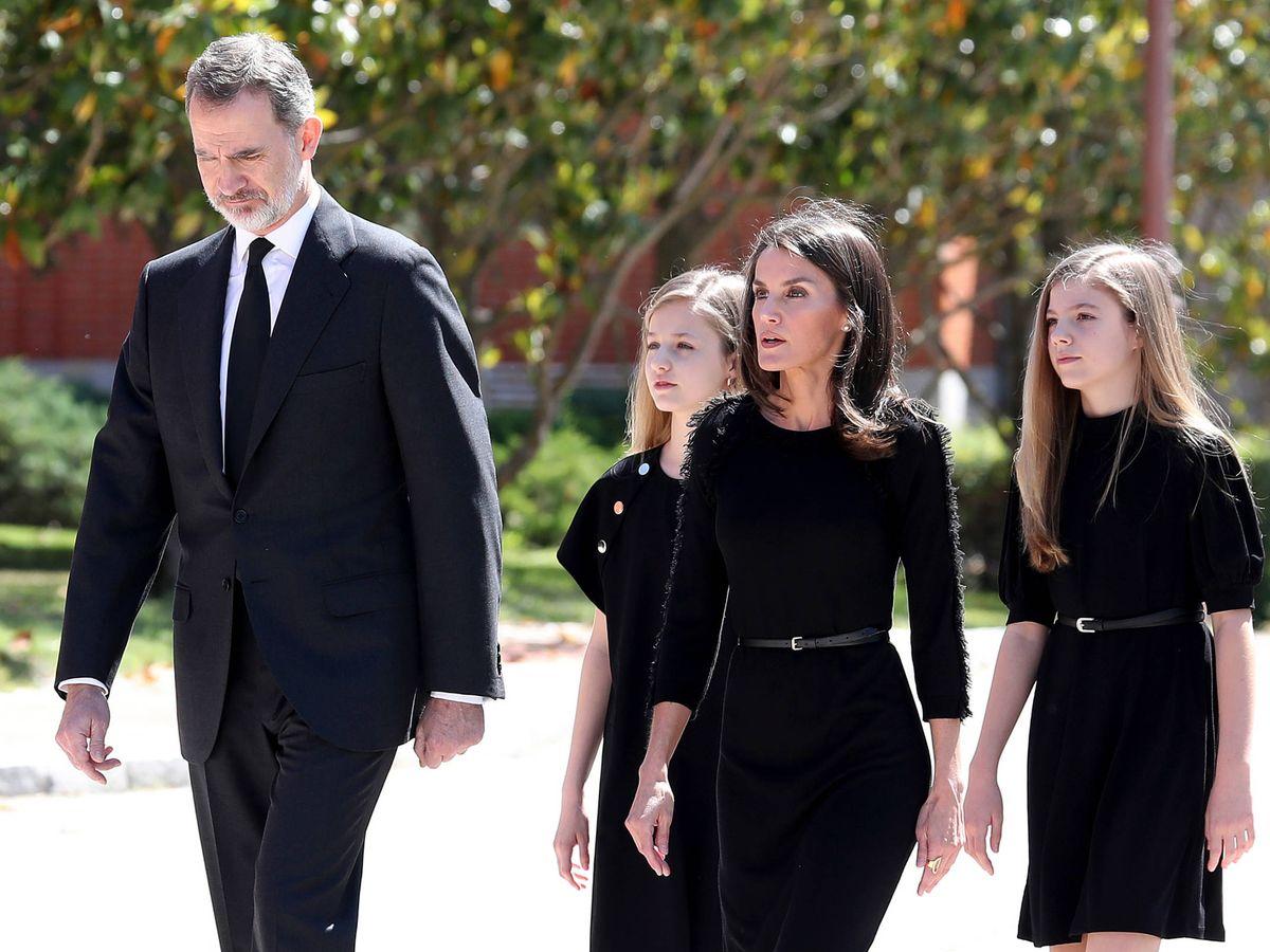 Foto: La familia real, este miércoles durante el minuto de silencio por las víctimas del coronavirus. (Limited Pictures)