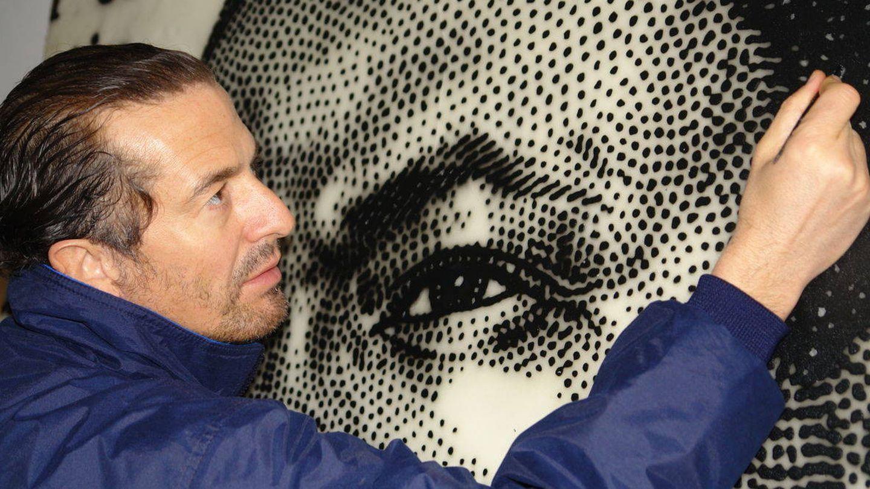 José María Cano con unas de sus obras en sus comienzos como artista. (EFE)