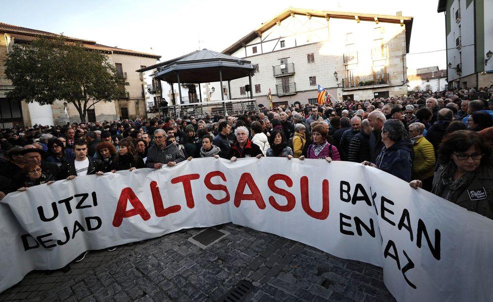Foto: Manifestación en Alsasua en apoyo a los condenados y para pedir que se deje en paz al municipio. (EFE)