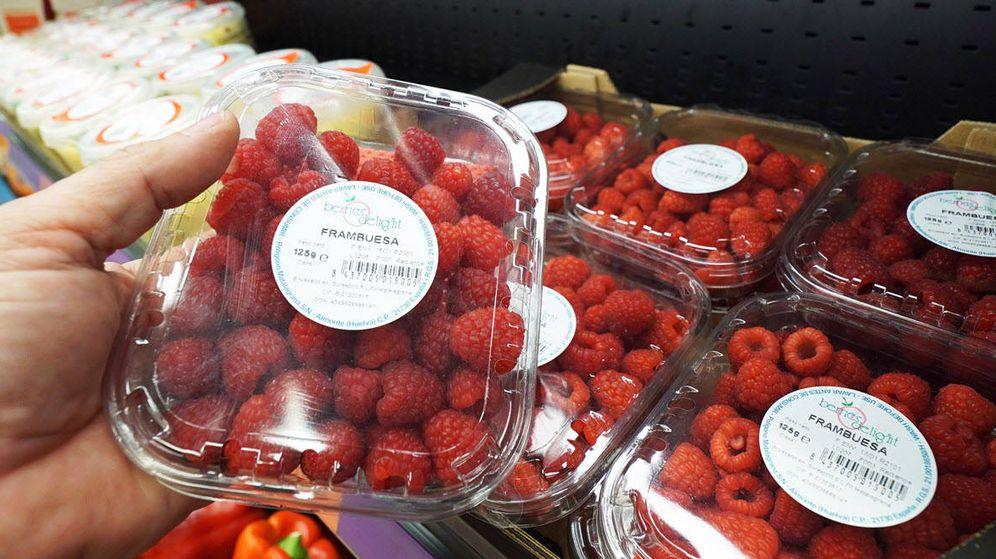 Foto: Un cliente compra frambuesas en Mercadona. (Mercadona)