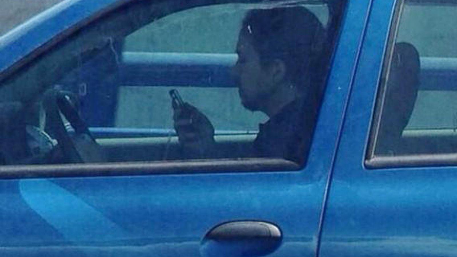 Foto: El líder de Podemos, Pablo Iglesias, al volante de su Renault Clío. (Foto: Marta Sánchez)
