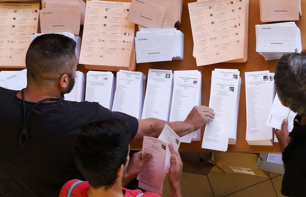 Foto: Un elector selecciona una papeleta en las elecciones generales del 26 de junio de 2016 en un colegio de Madrid. (Reuters)