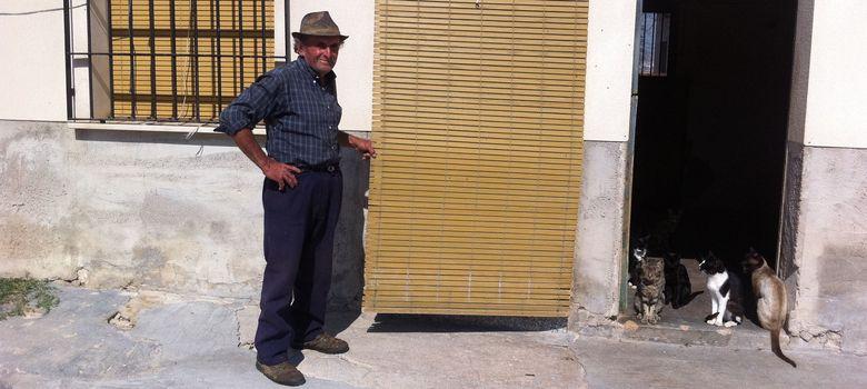 Foto: Pascual, frente a su vivienda de la localidad murciana de Jumilla. (Foto: Vidal Coy)