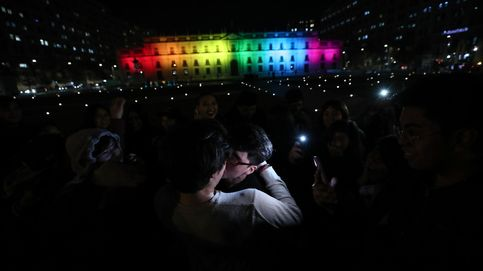 Palacio de la Moneda iluminado con los colores LGTBi