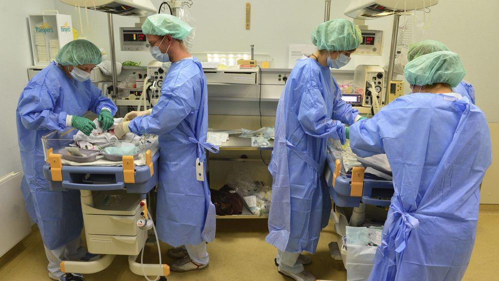 Foto: Imagen de archivo de varios enfermeros. (EFE)