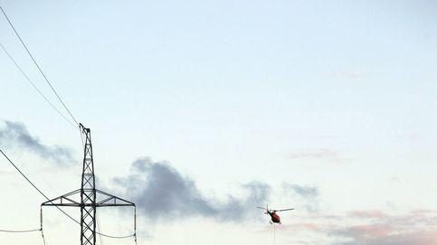 El ingenioso sistema que usa Canarias para cambiar enormes postes de luz desde el aire