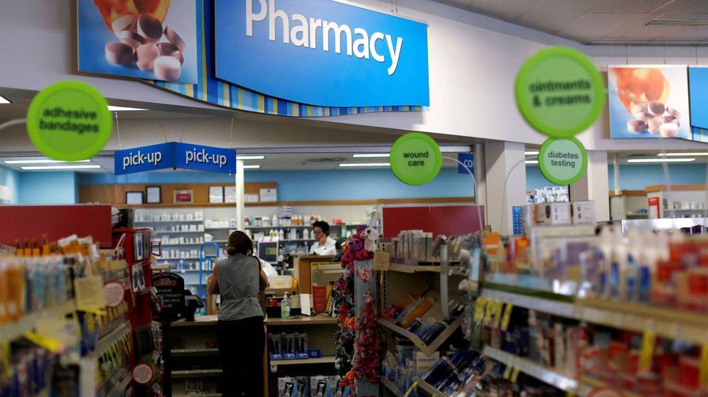 Foto: Un cliente espera en el mostrador de una farmacia dentro de unos grandes almacenes en Pasadena. (Reuters)