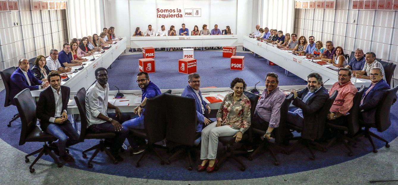 Foto: La nueva ejecutiva federal de Pedro Sánchez, de 49 miembros, reunida por primera vez este 19 de junio. (EFE)