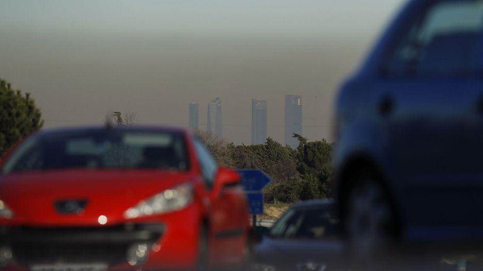 Foto:  Vista de las Cuatro Torres de Madrid con la boina de contaminación el pasado año. (EFE)