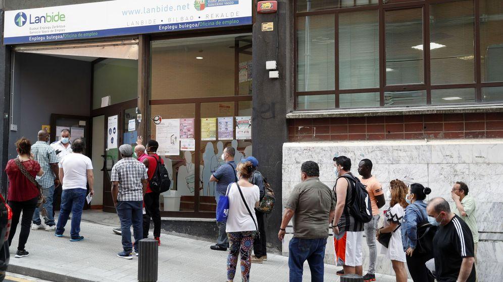Foto: Colas oficinas de empleo en su reapertura en Bilbao (EFE)