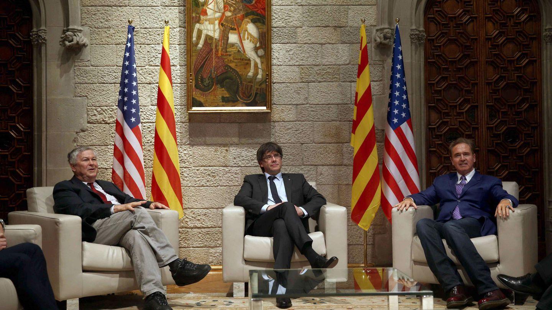 Imagen de la reunión que mantuvo Puigdemont con los congresistas estadounidenses Dana Rohrabacher (i) y Brian Higgins (d) en el Palau el pasado 9 de abril. (EFE)