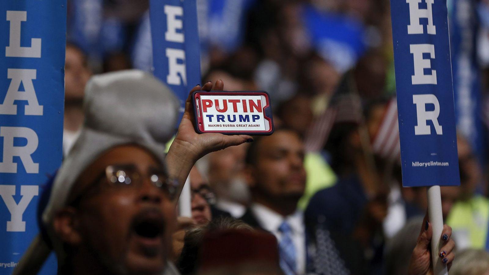 Foto: Un hombre muestra un teléfono en el que dice Putin-Trump, durante la convención demócrata en Filadelfia, en julio de 2016. (Reuters)