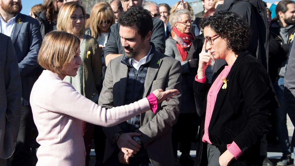 Foto: Roger Torrent (centro), junto a la presidenta del Parlament, Carme Forcadell (izq.), y la secretaria general de ERC, Marta Rovira (dcha.) | Foto: EFE