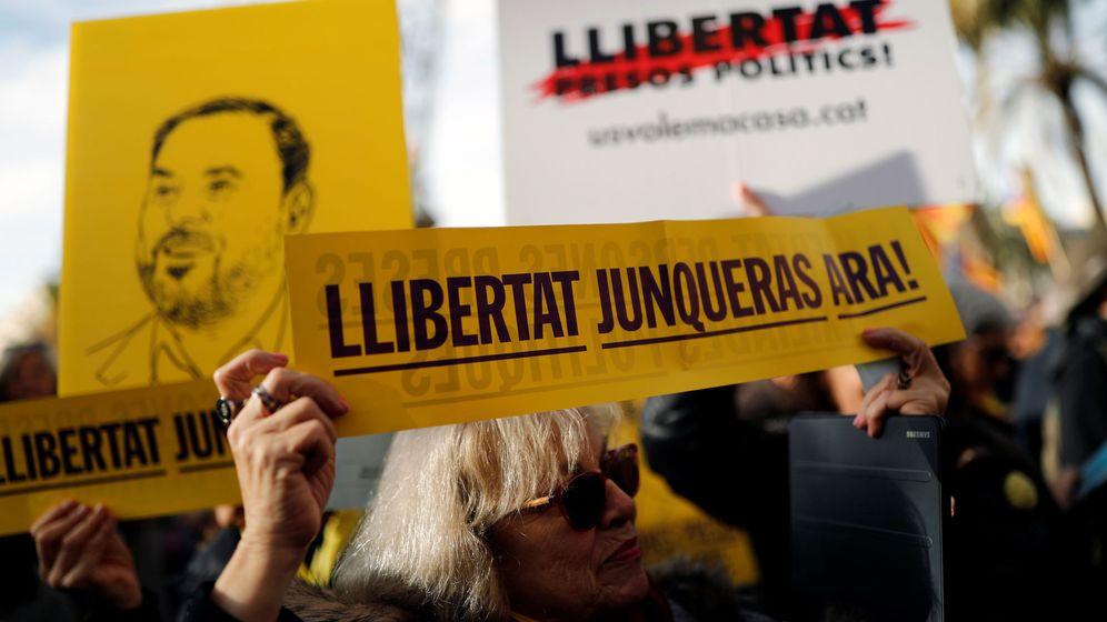Foto: Una manifestante pide la libertad de Oriol Junqueras, en una protesta en Barcelona. (Reuters)