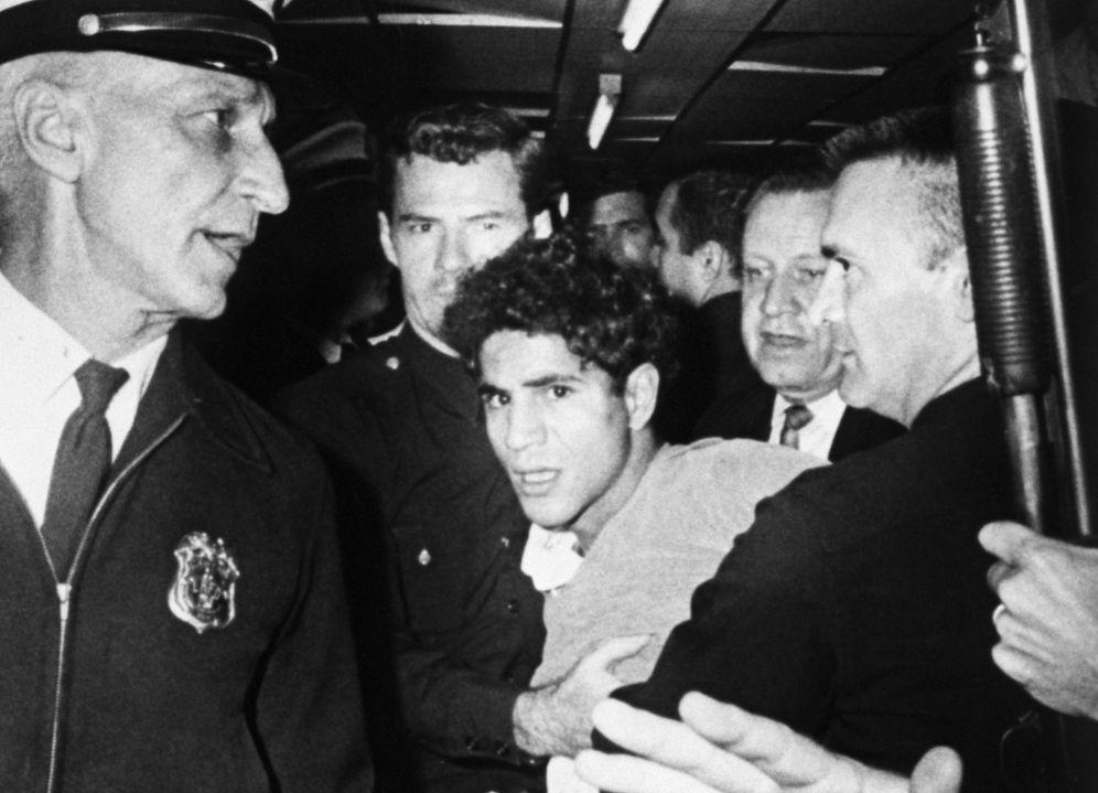 Foto: Sirhan Sirhan, en el hotel Ambassador, tras ser aprehendido por el asesinato de Robert F. Kennedy. (Bettmann/Corbis)
