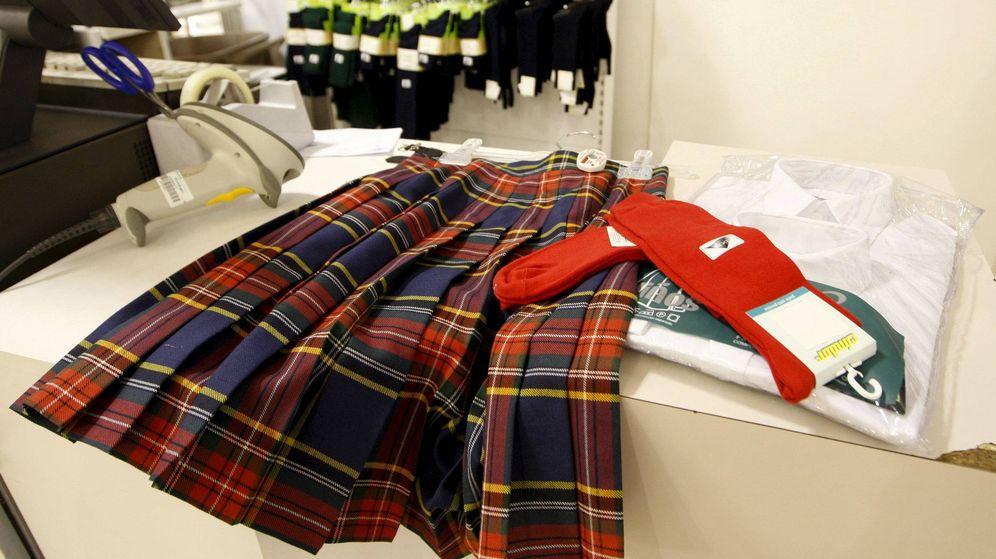 Foto: Un uniforme escolar en el mostrador de unos grandes almacenes madrileños (Efe)