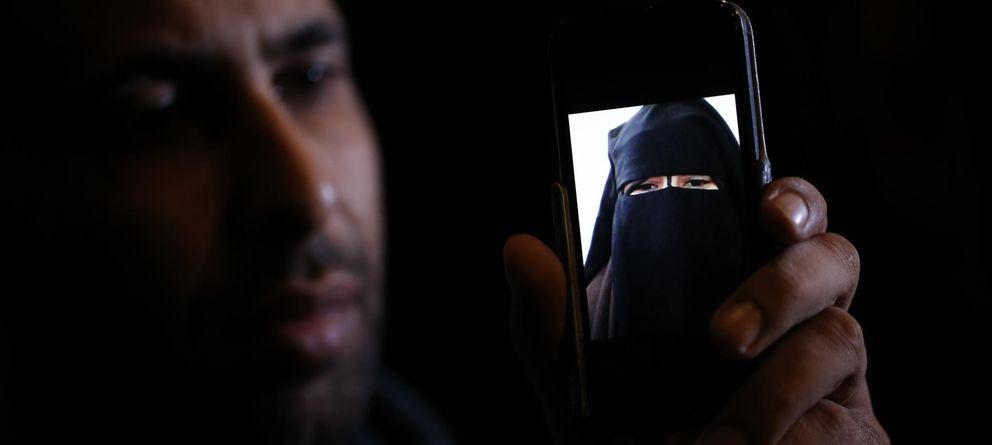 Foto: Foad, el hermano de Nora, una francesa de 15 años que huyó a Siria, muestra una imagen del actual aspecto de la adolescente. (Reuters)