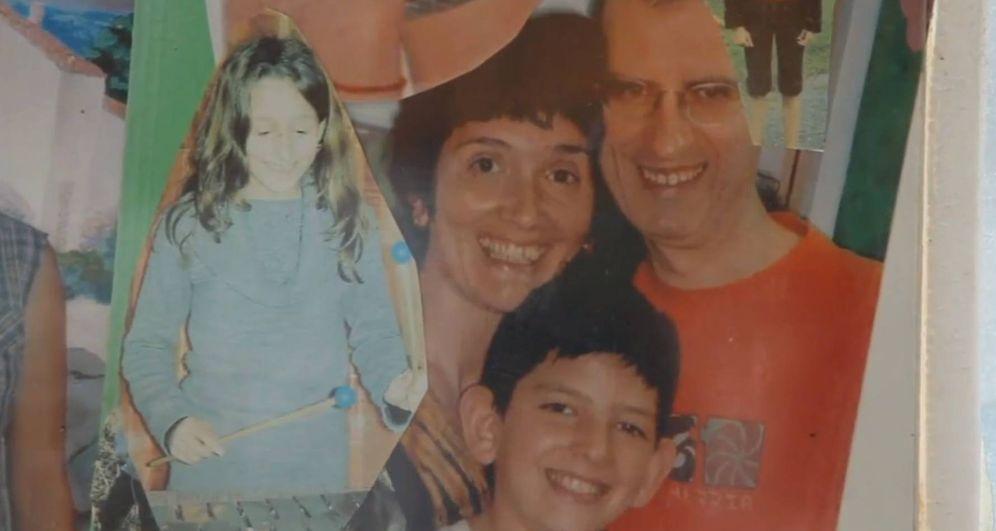 Foto: Mikel Antza junto a su familia en una fotografía que muestra el documental