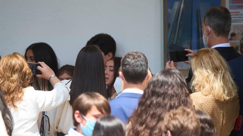 El rey Felipe, haciendo fotos a la salida de la iglesia. (Limited Pictures)