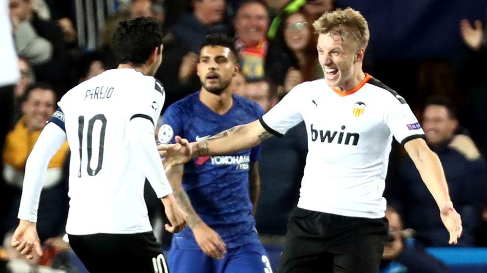 Foto: Wass celebra con Parejo el gol que mantiene vivo al Valencia. (Reuters)