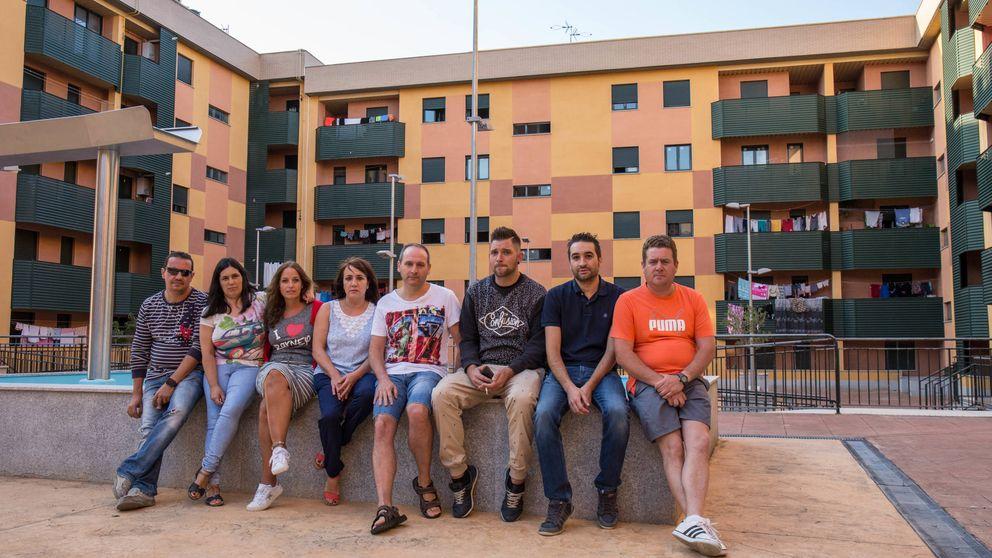 Los okupas conquistan los pisos de la crisis: Hemos tenido que hacer un muro