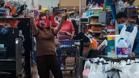 Expulsados de un supermercado por llevar una mascarilla con una esvástica