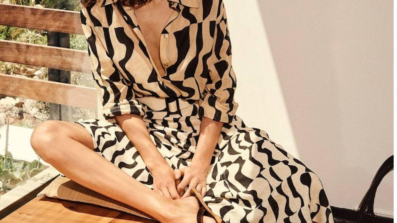 Conjunto de blusa y falda de Massimo Dutti. (Cortesía)