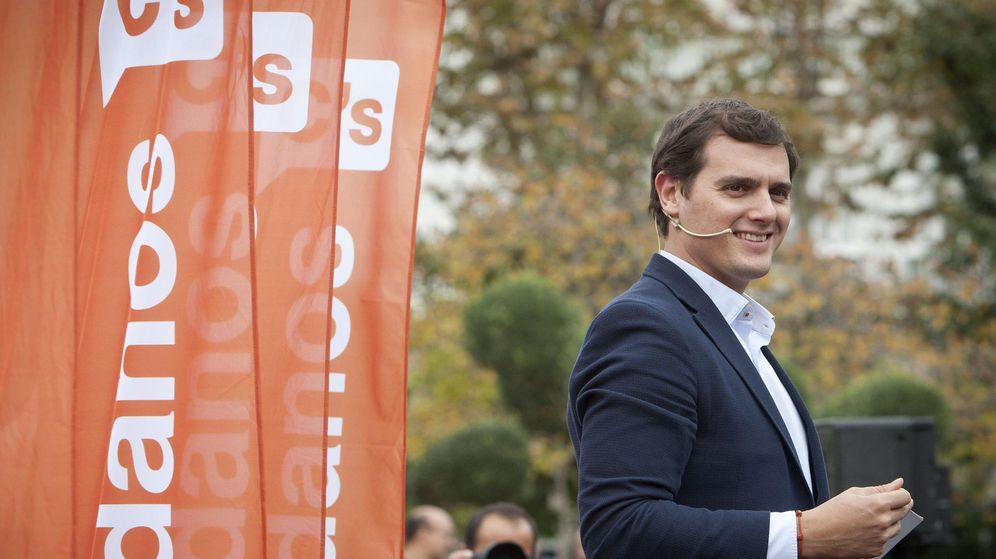 Foto: El candidato de Ciudadanos a la presidencia del Gobierno, Albert Rivera, durante un acto de campaña en la Plaza de España de Cádiz. (Efe)