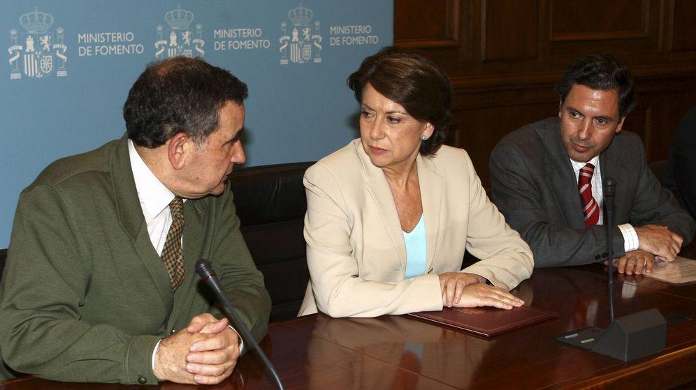 Foto: Fernando Palao, izquierda, con Magdalena Álvarez, en el Ministerio de Fomento en 2008. (EFE)