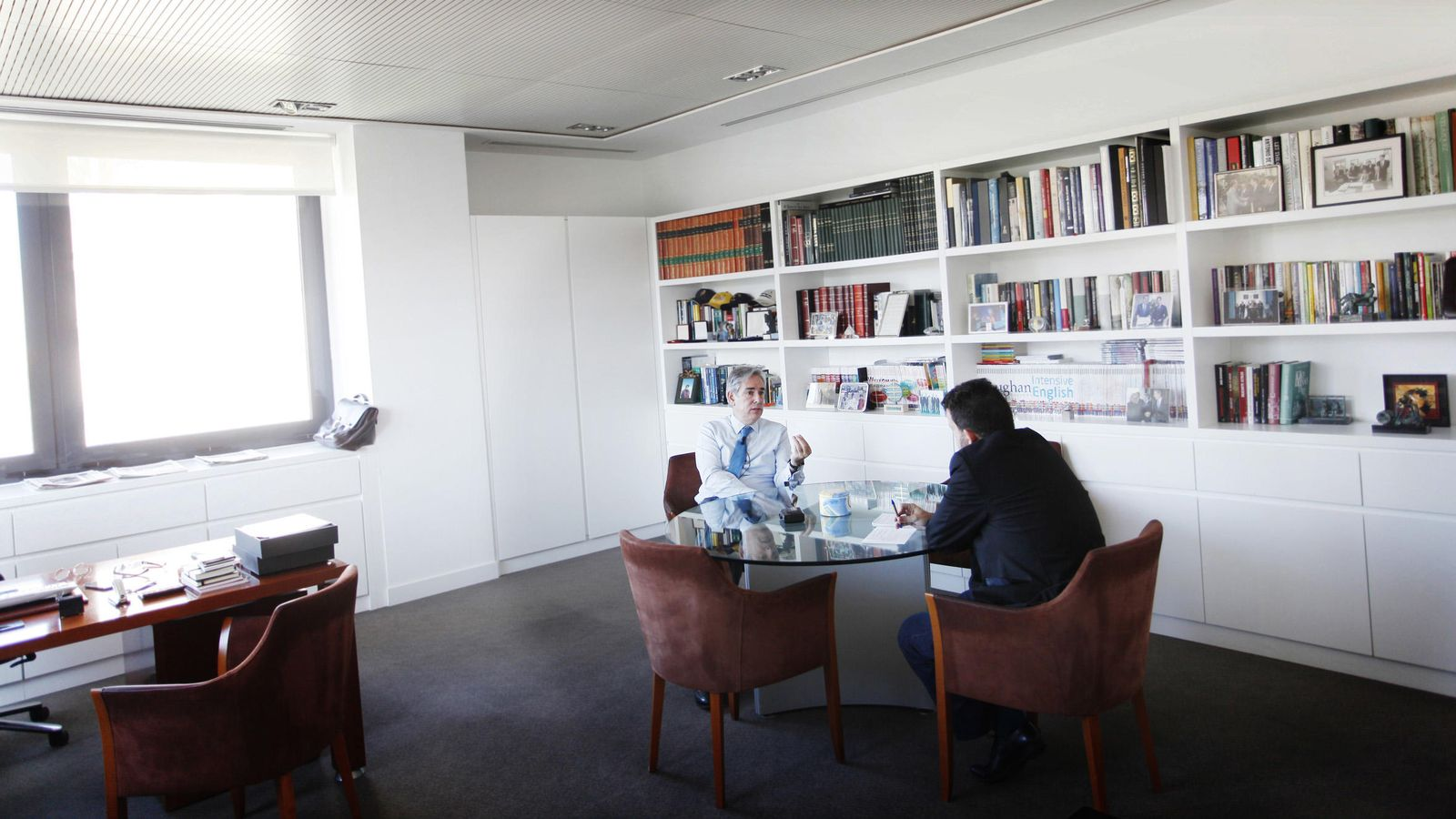 Foto: Antonio Fernández Galiano, en una entrevista en su despacho de Unidad Editorial. (E.Villarino)