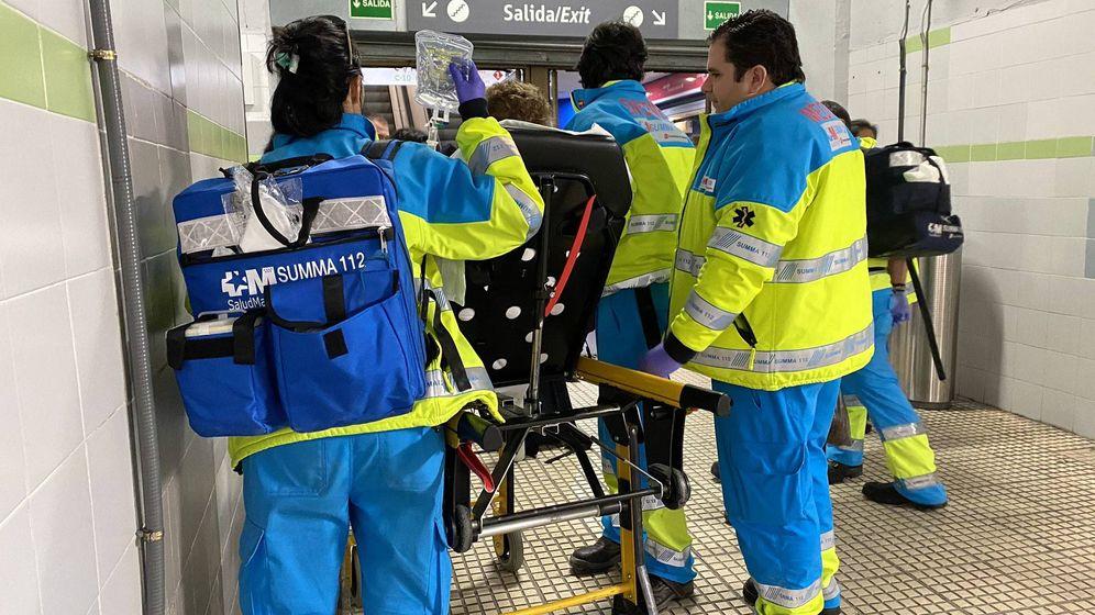 Foto: La mujer es atendida por el equipo de Emergencias.
