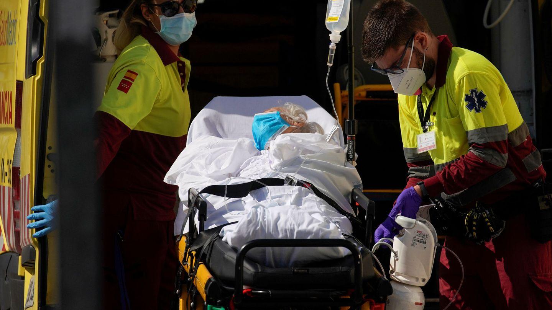 Una ambulancia traslada a una paciente al hospital 12 de Octubre hospital en Madrid, el pasado mes de agosto. (Reuters)